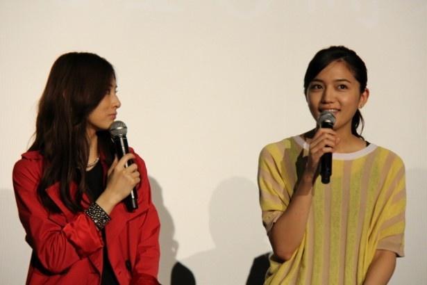 撮影中のエピソードトークで盛り上がる北川と川口春奈(右)