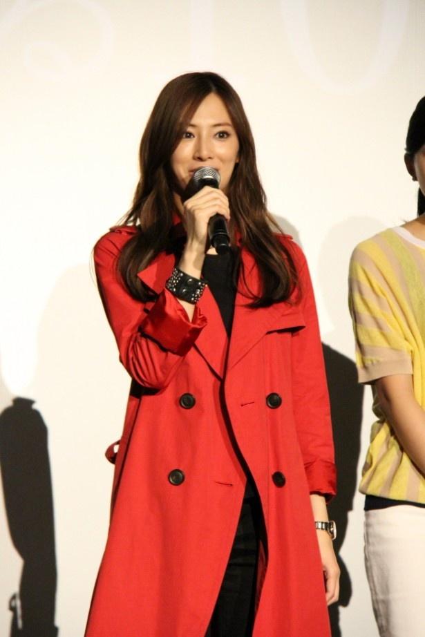 【写真を見る】北川は原作のイラストに描かれている赤いコート姿で登場