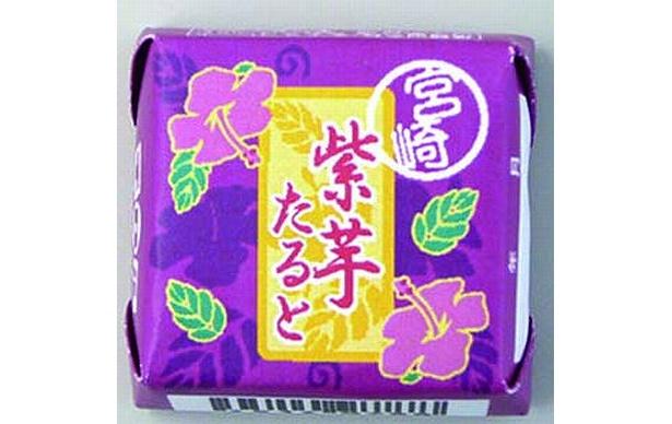 チロルチョコにもご当地モノが。「チロルチョコ 紫芋タルト」は、宮崎県産の紫イモを使用(32円)