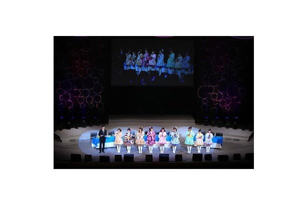 公開録音パートのクライマックス。全員が舞台前に歩み出ての挨拶です(写真は夜の部)
