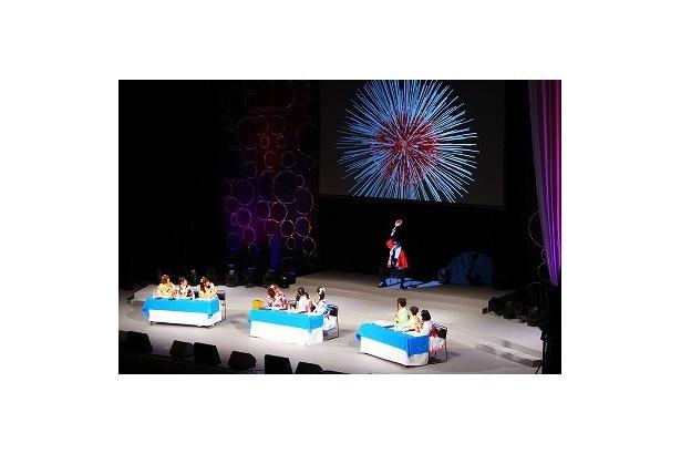 「アニメ大喜利バトル」でのキャストたちの渾身の小芝居(?)を見て、花火職人となった武内さんが「合格」の花火を打ち上げました(写真は夜の部)