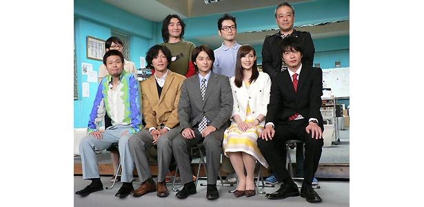 (前列左から)品川、田辺、小池、マイコ、田中圭、(後列)千葉雅子、池田、中村靖日、佐藤監督