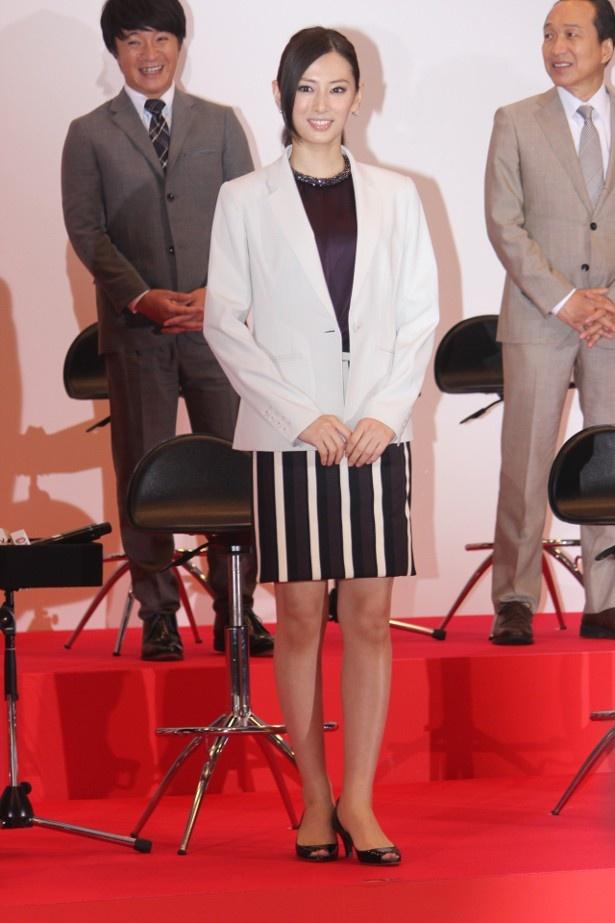 【写真を見る】北川景子は、白いジャケット×ストライプのミニスカートで美脚を披露