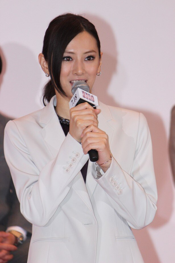 事務官・麻木千佳役の北川景子