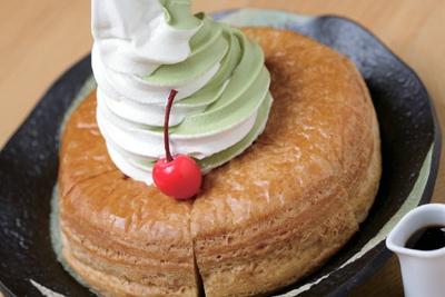 「コメダ珈琲」の姉妹店「甘味喫茶 おかげ庵」では、シロノワールのソフトを、抹茶、抹茶ミックス、バニラから選べる。「おかげ庵」では750円で販売