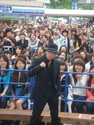 会場に駆けつけた大勢のファンと共に記念撮影