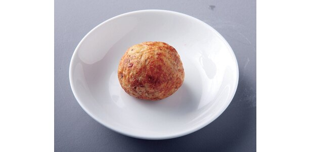 全たこやきの大きさ、使用塩、味データはコチラ (写真は「ちゃんとたこ焼きBAR EIGHT」の「たこ焼き」。塩は五島の塩。直径4.5cm)
