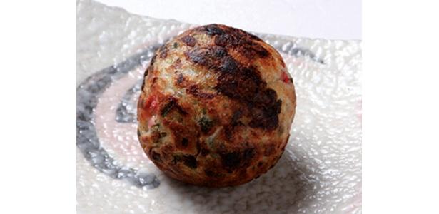 「赤たん」の「たこやき」は、瀬戸内のあら塩+ゴマで味付け。直径は約5cmでラード油でかりっと香ばしく仕上がっている