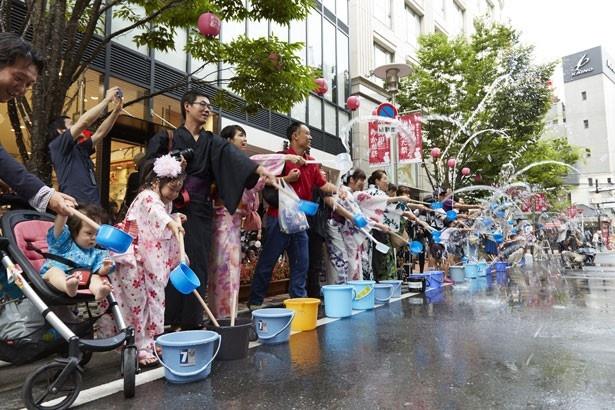 【写真を見る】打ち水に使用する水は、JR大阪駅の屋根に振った雨水を再生処理したもの