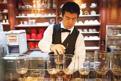 「飲みやすい酸味のブレンドは、父が全国を周って厳選しました」と話す、珈琲専門店 青山壹番館を切り盛りするマスターの息子