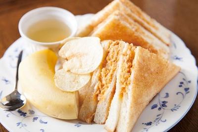 ブレンドor紅茶が選べる珈琲専門店 青山壹番館の「サービスセット」(730円)は日替わり
