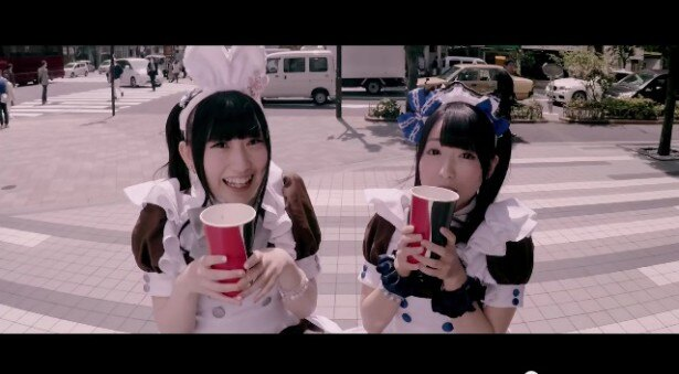 【写真を見る】ロリータファッションを身にまとった少女たちも利きコーク!