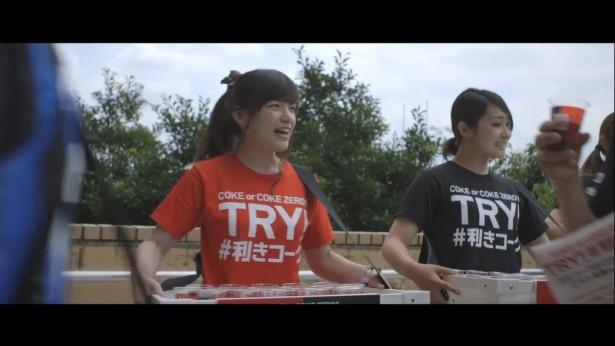 「TRY! #利きコーク」Tシャツを着用するスタッフ