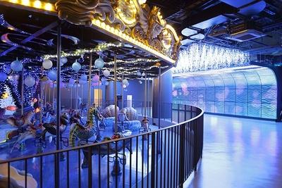 フルリニューアル前から人気のメリーゴーラウンド、ドルフィンパーティーは、LEDを施した光の壁に包まれる