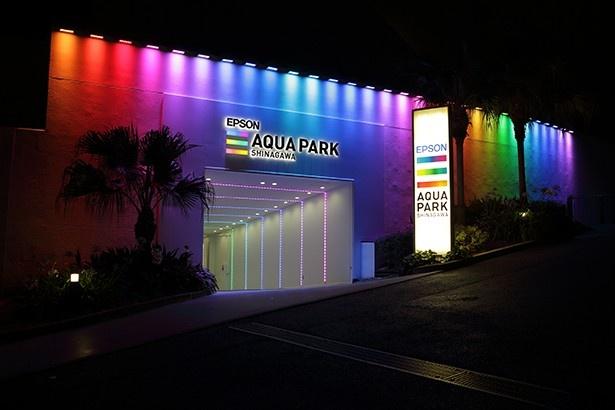 """季節やイベントに合わせて、LEDカラーで演出。グランドオープン時は、施設ロゴの""""レインボーダー""""をイメージしている"""