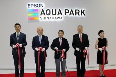 【写真を見る】グランドオープンとなった7月10日(金)。テープカットには、元フィギュアスケート選手の八木沼純子さん(写真右端)も参加した