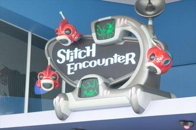 シアター内の大きなスクリーンを通じて、スティッチと会話しよう!
