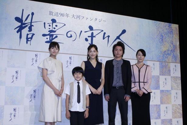 会見に登壇した(左から)木村文乃、小林颯、綾瀬はるか、藤原竜也、高島礼子