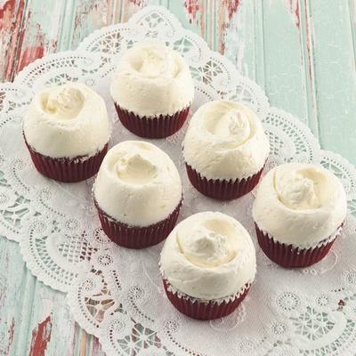 【写真を見る】手頃なサイズの「レッドベルベットカップケーキ」(税抜480円)も登場。クリームがたっぷり盛られている
