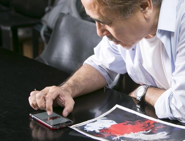 自身んスマートフォンで、絵画の写真を見せながら、言葉を選びながら丁寧に説明する天野喜孝氏
