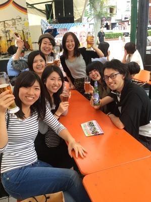 【写真を見る】おいしい料理とビールで乾杯しよう!(写真はイメージ)