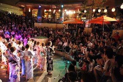 浴衣姿の美女達が登場し、祭りを盛り上げる