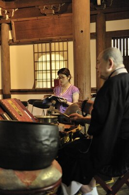 長楽寺本堂での朝のお勤めは住職と一緒に声を出しての読経