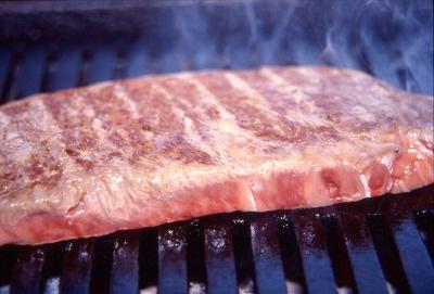 【白老】ステーキ(一切れ3000〜4000円)や焼肉(200g1600円)は設置された炭焼き台(無料)で自由に焼くことができる
