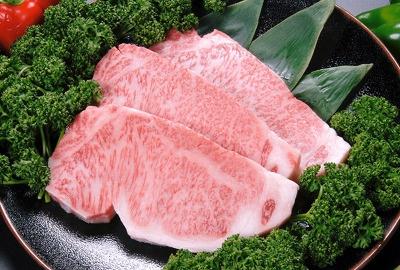 【白老】高級肉として名高い黒毛和種の白老牛。海のミネラルを受けた牧草を食べて育った肉質は、霜降り具合も美しい