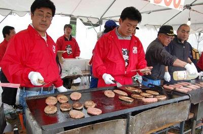 【白老】露店コーナーでは肉汁たっぷりのハンバーグ(300円)も販売している