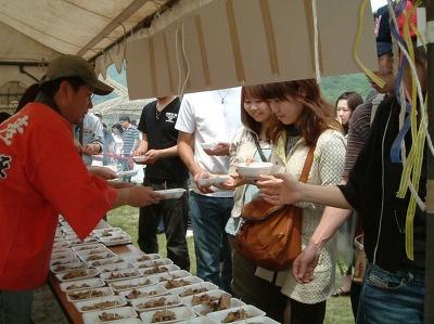 【豊浦】無料で配布される豚の丸焼きは、肉質も柔らかくジューシーな味わい