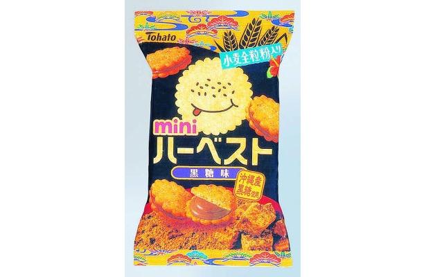 「ハーベストミニ 黒糖味」(118円)は、沖縄産黒糖の濃厚な風味が特徴