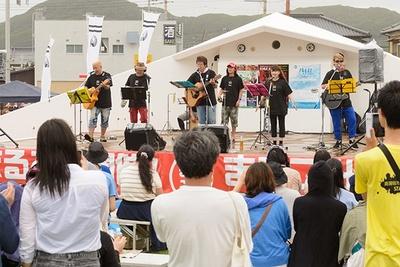 【写真を見る】悪天候の中、井上和彦ら人気声優からなる「声援団」がチャリティーライブに参加