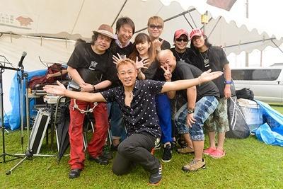 写真中央、声援団メンバーと一緒に写っているのがまるごみJAPAN代表、DJ KOUSAKU