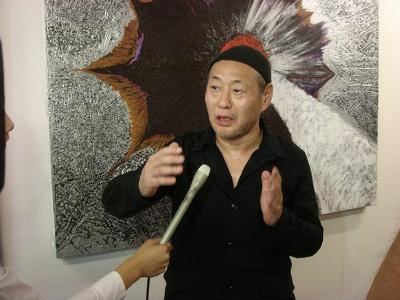 インタビューで、イベントや横浜に対する思いを語る