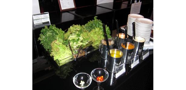 パーティーでは、ドレッシングをかけたサラダが大好評!