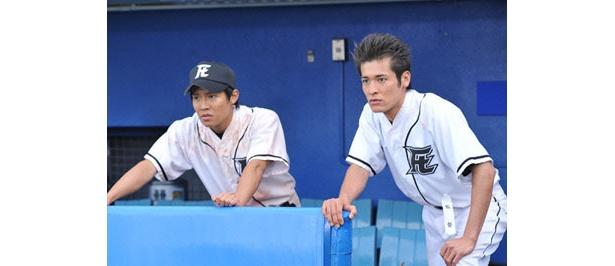ベンチから試合を見守る御子柴(小出恵介)と川藤