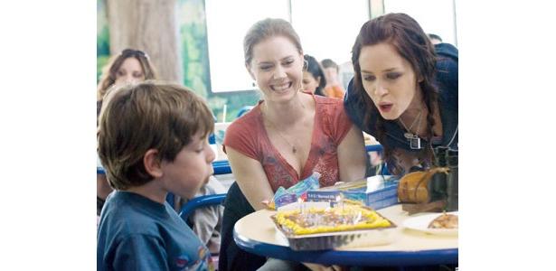 エイミー・アダムス(中央)、エミリー・ブラント(右)の演技派2人が姉妹役を好演