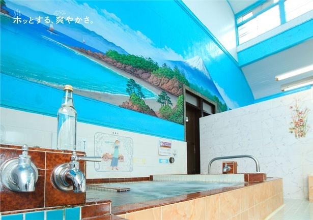 【写真を見る】町田市の「大蔵湯」。大きな富士の絵が印象的