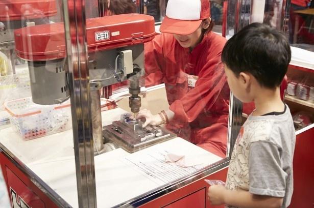 アトラクション「トミカ組立工場」。目の前でトミカが組み立てられていく ※写真は2015年春に実施した大阪会場(横浜会場とは展示内容が異なる)