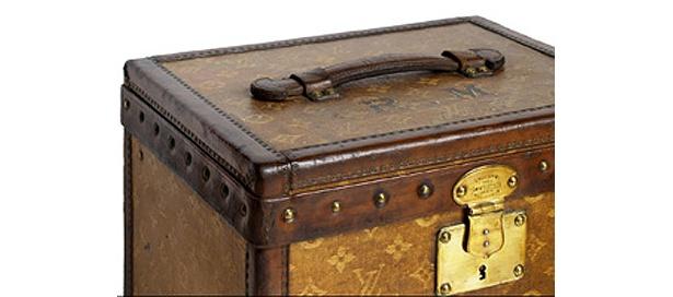 1896〜99年ごろの「ファブリック・キューブ・トランク」。レニエ・ダミエに次ぎ、1896年に登場したのがモノグラムだ