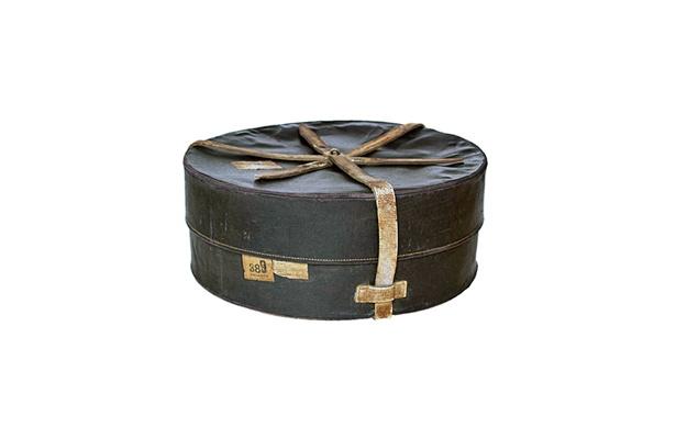 1910年ごろの「ドライバーズ・バッグ」。運転手や同乗者の身の回りの品を入れるためのバッグ