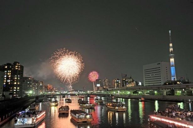 「第38回隅田川花火大会」第一会場では、大会の目玉でもある計200発の花火コンクール玉を含む約9350発が、第二会場ではスターマインなど約1万650発が花開く