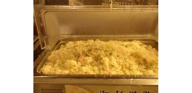 点心はオーダー、炒飯、あんかけ焼きそば、コーンスープはセルフで取り放題だ!1階 おみやげコーナーも点心が充実。