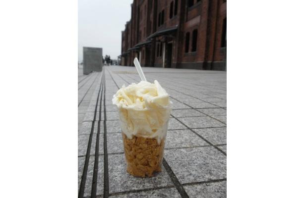 新食感・スノーアイスはアイスがシャリシャリしたようで、でもシャーベットではない感じ。テイクアウトコーナーのメニューだ