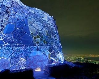 """標高約888mの山上から眼下に望むのは、""""1000万ドルの夜景""""として知られる神戸の美しい街並み"""