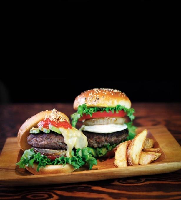 「黒毛和牛とろけるバーガー」(1,080円)のパテは、一切つなぎを使用していないため、柔らかくてジューシー