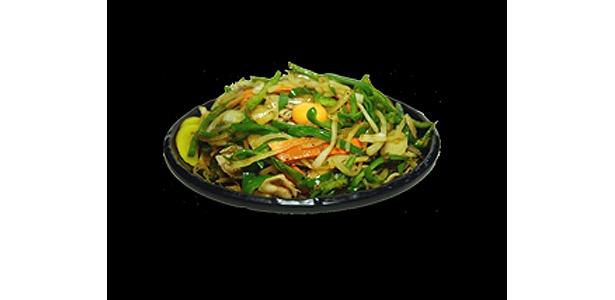 野菜のボリュームは抜群!豚肉と、細切りピーマン・玉ねぎ等野菜を特製醤油で炒め、生玉子を載せた栄養満点のどんぶり「肉ピーマン玉子丼」