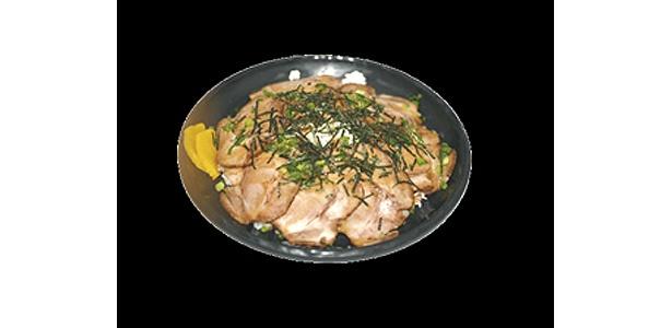 自家製の特製チャーシューでご飯を覆い尽くし、秘伝のタレをかけた「チャーシュー丼」