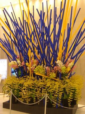 假屋崎省吾さんによる巨大フラワーアートがオープンを祝福